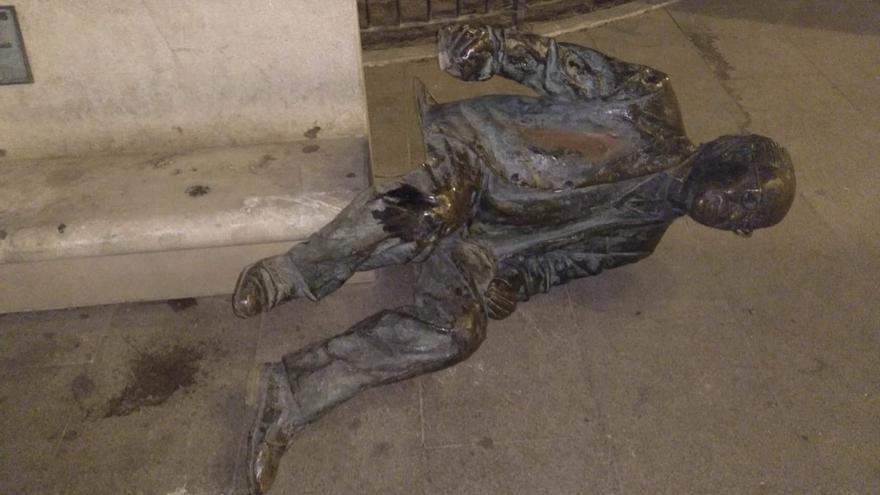 Imagen del último ataque recibido por la estatua de Estellés en Burjassot