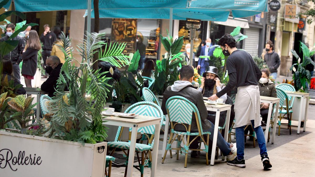 Una terraza abierta en el centro de València este lunes, primero de desescalada tras la tercera ola del coronavirus.