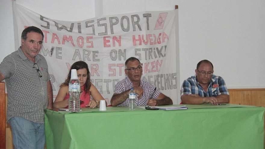Reunión sindical de trabajadores del aeropuerto de Lanzarote el pasado viernes. (FELIPE DE LA CRUZ)
