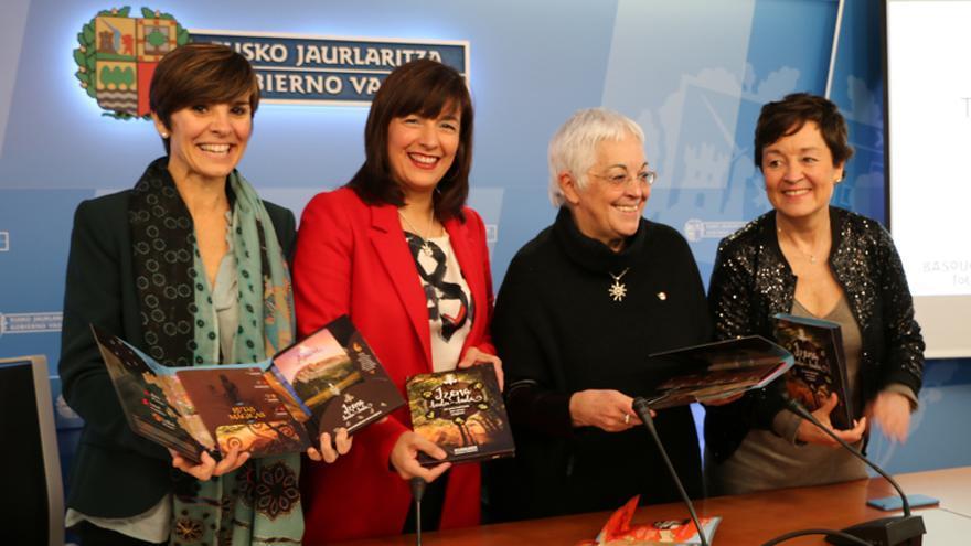 Arantza Madariaga, directora de Basquetour e Itziar Epalza, viceconsejera de Comercio y Turismo, en la pressentación del folleto de Fitur/ Foto: Irekia