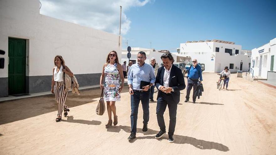 El presidente del Parlamento, Gustavo Matos, junto miembros de la junta de portavoces en La Graciosa.