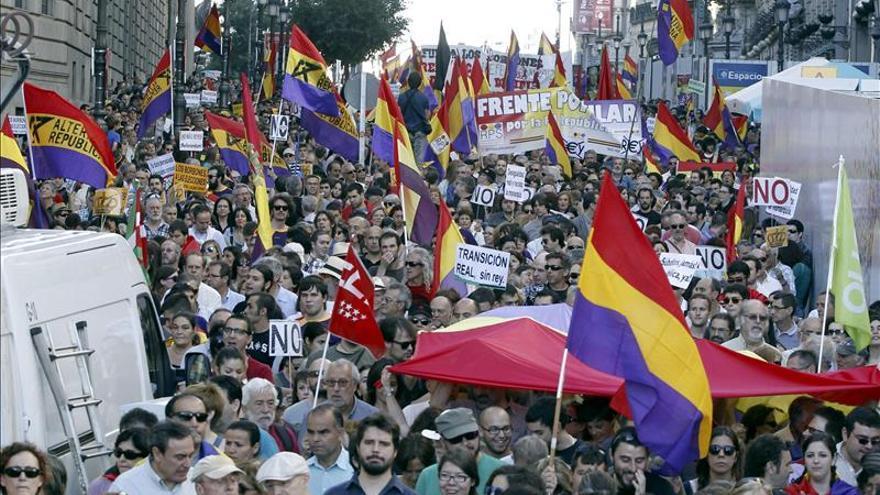 Miles de manifestantes, reclamando en las calles un referéndum sobre la monarquía / EFE.