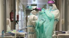 Personal médico con poniéndose equipos de protección