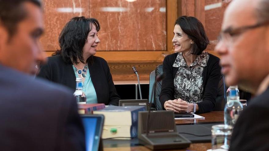 Las consejeras de Educación y de Turismo, Soledad Monzón (i) y María Teresa Lorenzo (d), charlan antes de iniciarse la reunión del Consejo de Gobierno celebrada en la capital grancanaria.