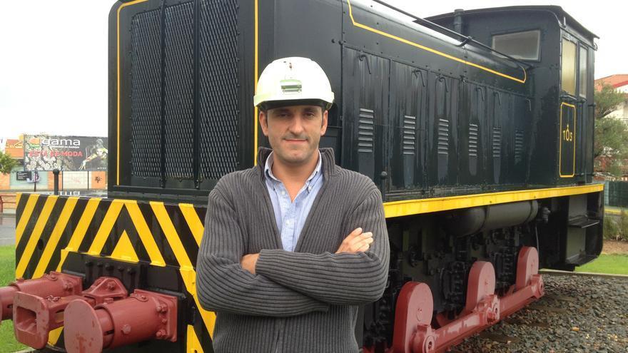 Darío García posa con el casco inteligente para www.eldiario.es.