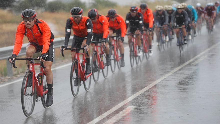 Mucha lluvia y frío en la primera etapa de la Vuelta  a España en Andalucía.