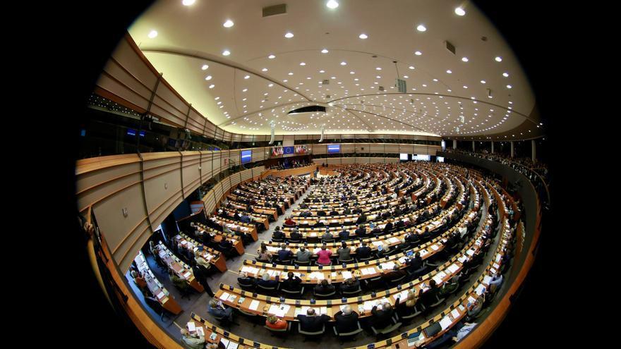 BÉLGICA UE POLONIA:BR01. BRUSELAS (BÉLGICA), 01/03/2018.- Foto tomada con un ojo de pez de los europarlamentarios durante la votación de la proposición del vicepresidente de la Comisión Europea Frans Timmermans para activar el Artículo 7 del Tratado de la UE respecto a la situación en Polonia, durante una sesión plenaria del Parlamento Europeo en Bruselas (Bélgica) hoy, 1 de marzo de 2018. El artículo incluye el mandato de la ley, la separación de poderes, los derechos fundamentales y la independencia del poder judicial. Este artículo capacita a la UE para suspender ciertos derechos de un estado miembro.