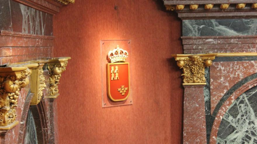 Escudo de la Región de Murcia que preside el hemiciclo del Parlamento Autonómico / PSS