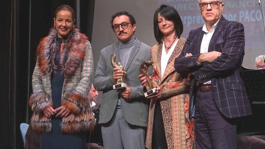 César Vallejo, editor de 'La 2 Noticias' y segundo por la izquierda, tras recoger el premio