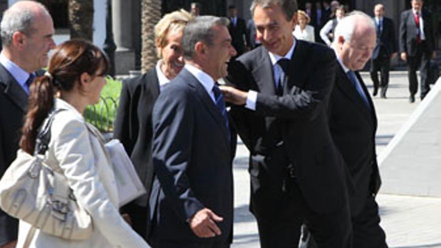 Zapatero bromea con Rivero, en presencia de De la Vega, Chaves y Moratinos, el viernes pasado en los preparativos de la foto de familia del Consejo de Ministros. (QUIQUE CURBELO)