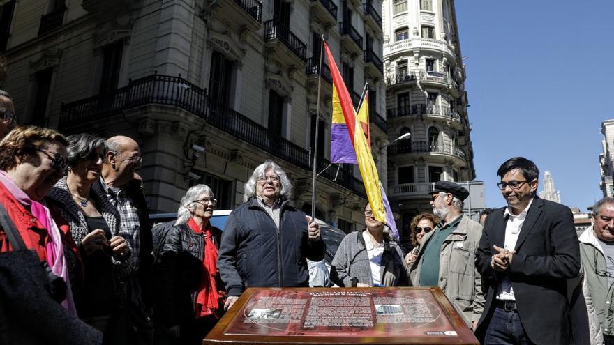 Instalación de la placa en memoria por la represión frente a la Jefatura Superior de Policía Nacional en Via Laietana