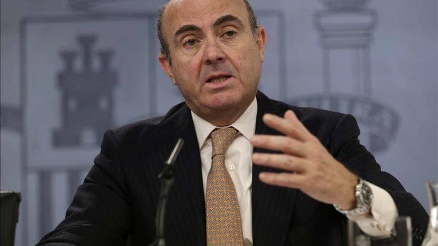 De Guindos dice que la ayuda a Grecia equivale al gasto en prestaciones de todo un año