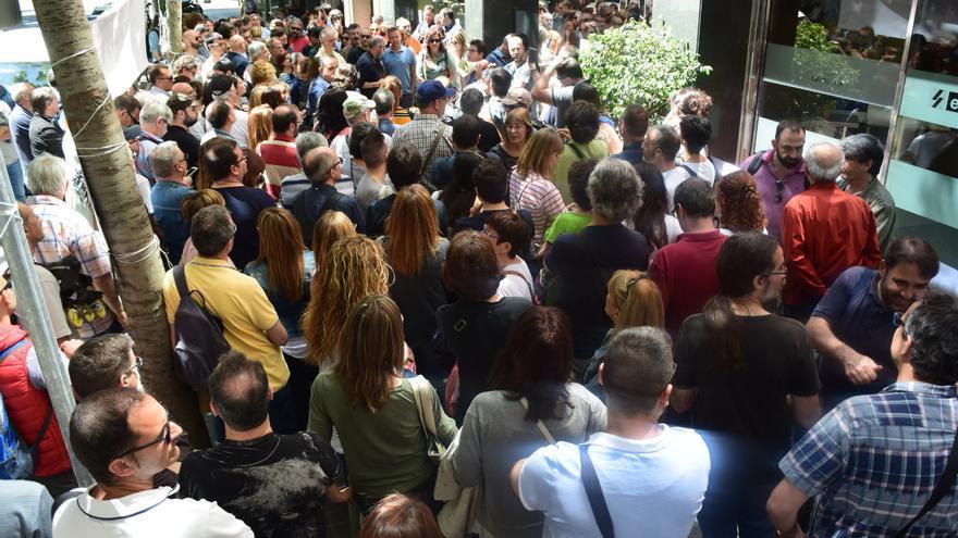 Trabajadores de El Periódico y Sport a las puertas de la redacción durante la asamblea para valorar la huelga