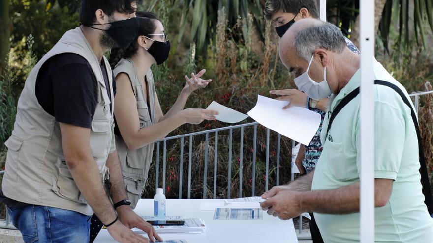 Colas en Barcelona en el primer día de PCR masivos en el barrio de Torre Baró