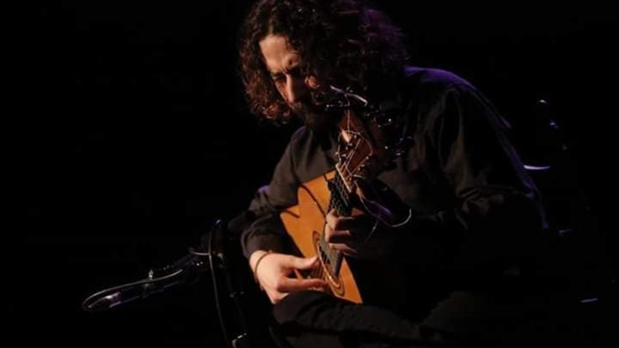 Carlos Sánchez, guitarrista de la banda, en una de sus actuaciones.
