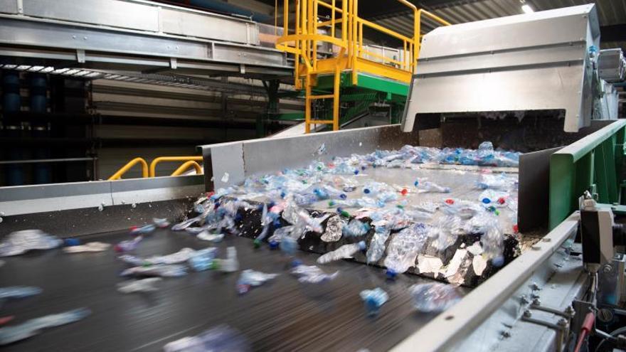 Separación de residuos en una planta de reciclaje. EPA/GIAN EHRENZELLER/Archivo