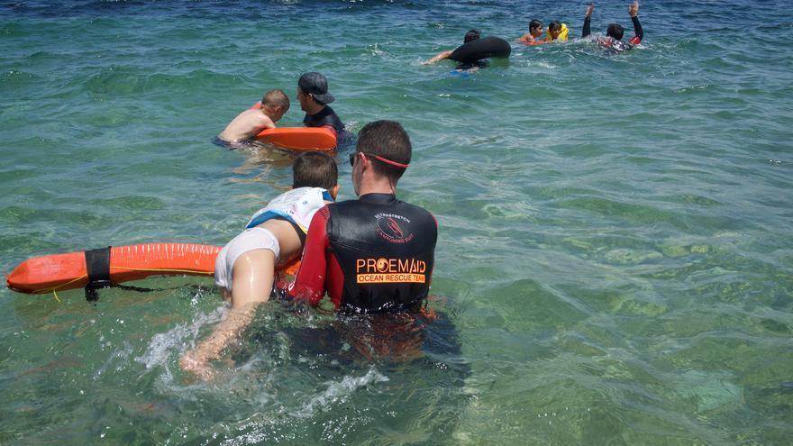 Voluntarios de PROEMAID con los niños en el mar.