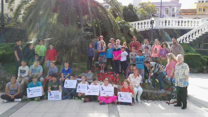 En la imagen, el grupo de vecinos de Tijafare, formado por adultos, jóvenes y pequeños, que han participado este martes en la campaña mundial 'Zapatos rojos' contra la violencia de género. Fotos: CABILDO DE LA PALMA.
