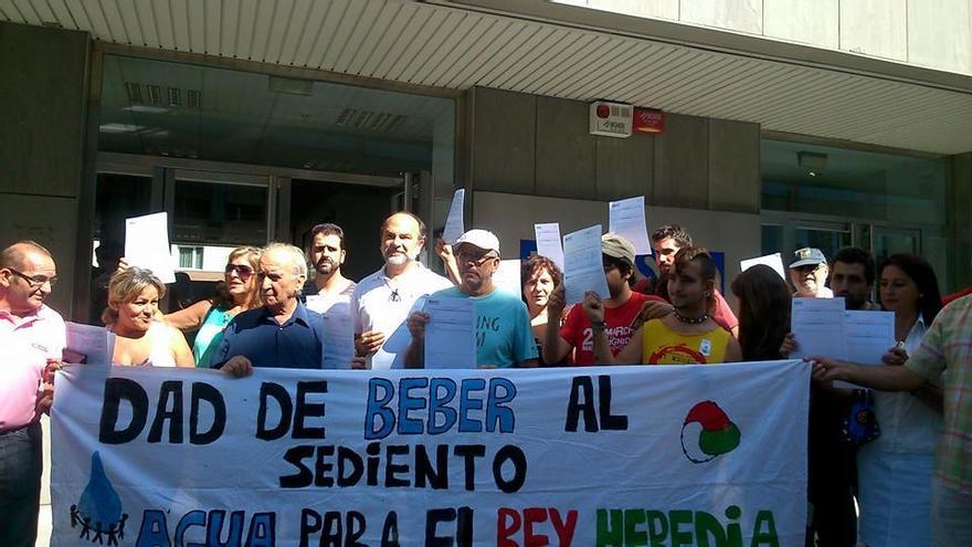 Usuarios del Rey Heredia solicitan el suministro ante la empresa municipal de aguas. (Foto. Acampada Dignidad)