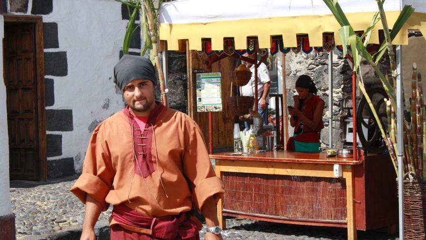 En la imagen, uno de los comerciantes que participan en el II Mercadillo Medieval que se celebra en el  Castillo de Santa Catalina de Santa Cruz de La Palma.