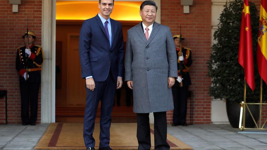 El presidente del Gobierno, Pedro Sánchez, y el presidente chino, Xi Jinping, durante su reunión esta miércoles en el Palacio de la Moncloa.