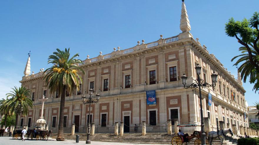 Felipe II nombró a Juan de Herrera trazador principal de reino, lo que en la práctica lo convertía en responsable de todas las obras públicas. Eso le permitió extender su estilo por toda España. En la foto, la Lonja de Sevilla, construida por Herrera en 1583, y reconvertida posteriormente en el Archivo General de Indias.
