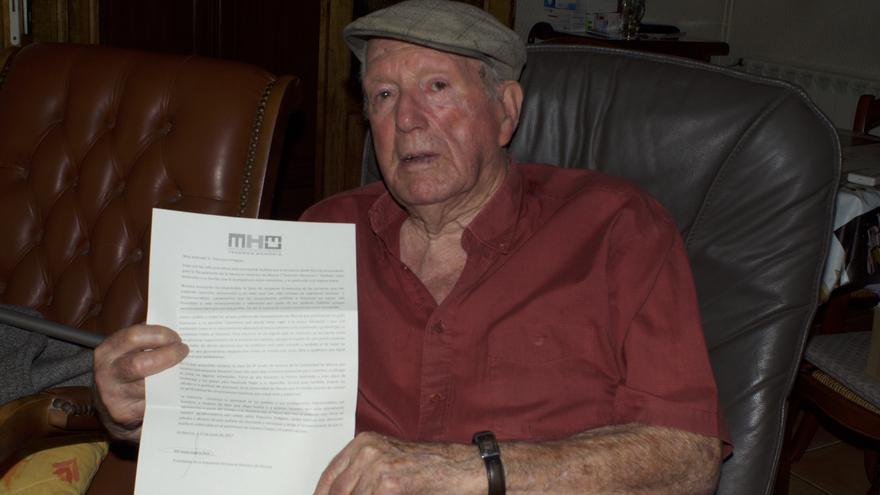"""Francisco Griéguez posa en su casa de Gardanne con la carta que le envió la asociación """"Tenemos Memoria"""""""