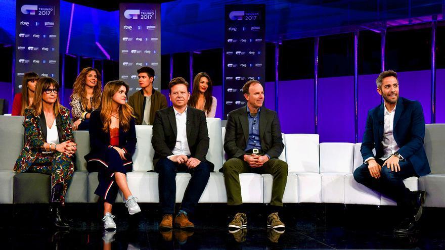 Los finalistas de OT, con Noemí Galera, Tinet Rubira y el directivo Toni Sevilla