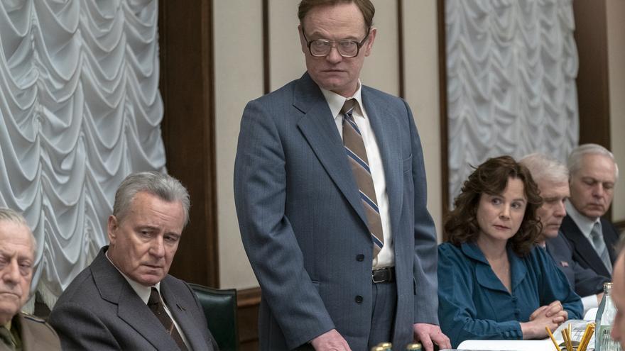 Jared Harris (Legasov), Stellan Skarsgård (Shcherbina) y Emily Watson (Khomyuk) en la reunión del Kremlin de la serie Chernóbil.