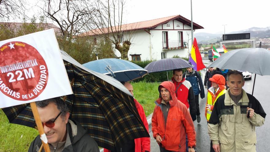 La marcha internacionalista contra la Dignidad realizó su recorrido de 22 kilómetros bajo la lluvia entre Irún y Donostia.
