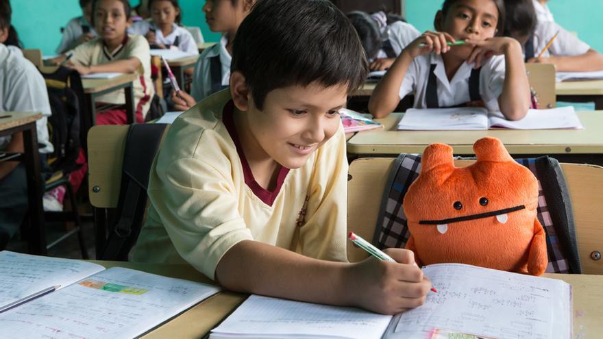 Wedu es el personaje que acompaña a los niños en esta experiencia solidaria. (Salva Campillo/AeA)