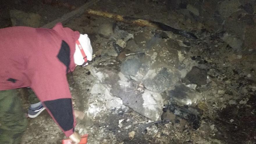 Técnico del Cabildo apagando la hoguera en Punta Los Roques.