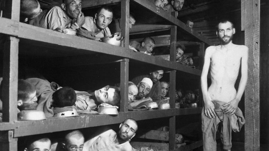 Imágenes del campo de Buchenwald después de su liberación que muestra a los presos hacinados y sin fuerzas en los barracones, pero con la esperanza en los ojos (US Army/US Defense Visual Information Center/Wikimedia Commons).