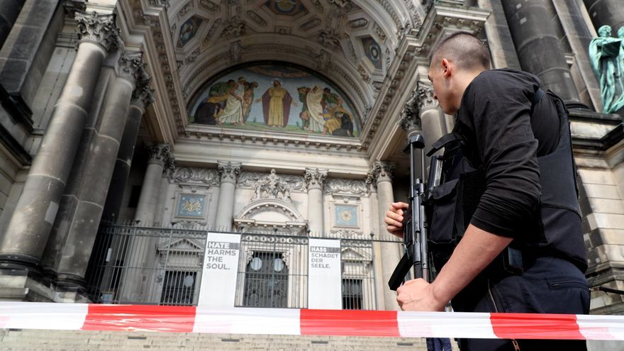 Un policía alemán bloquea la entrada a la Catedral de Berlín, donde se ha producido el tiroteo