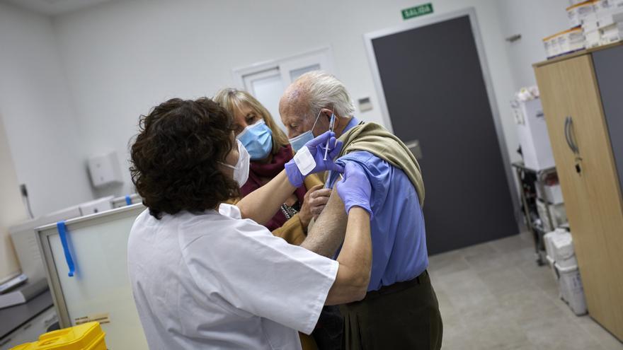 Un anciano recibe la vacuna