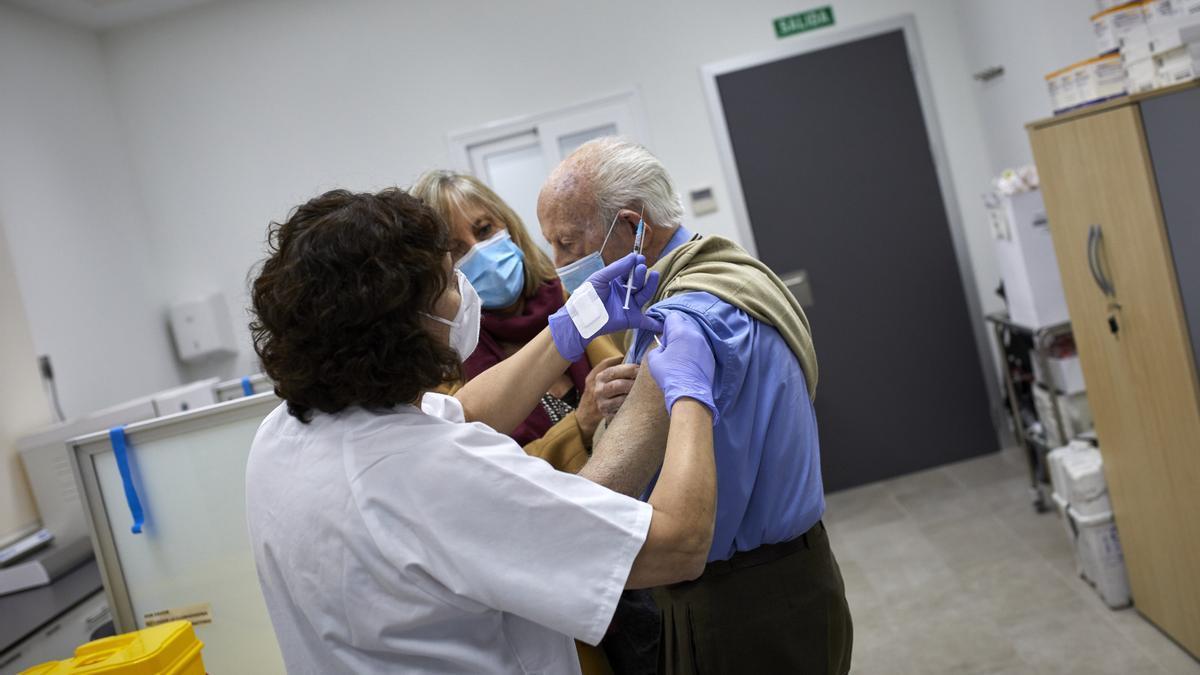 Un anciano recibe la vacuna de la COVID.