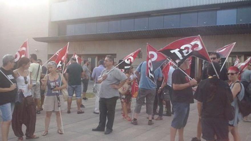 Concentración ante los juzgados de Castellón en apoyo de los trabajadores de Aluminios Baux.