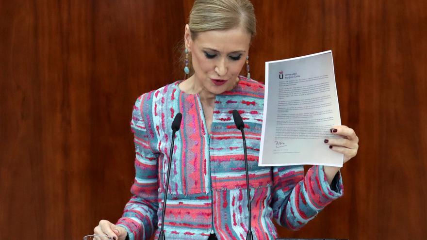 La presidenta madrileña, Cristina Cifuentes, muestra la carta del profesor Pablo Chico