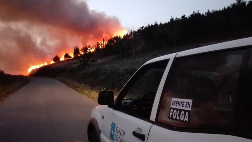 Un vehículo de un agente, en un incendio en Fisterra el pasado 2 de agosto