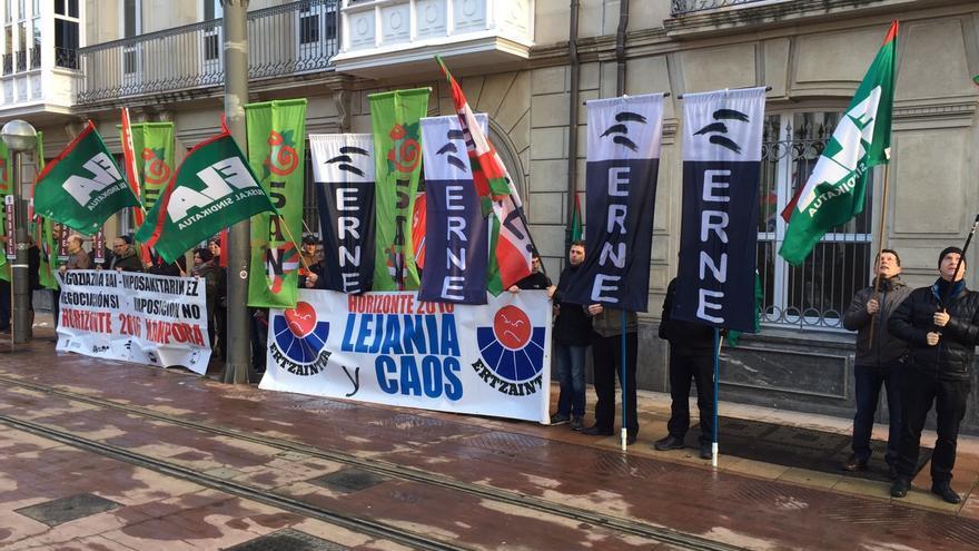 Concentración frente al Parlamento el día en que el lehendakari si encaró con los sindicalistas de la Ertzaintza.