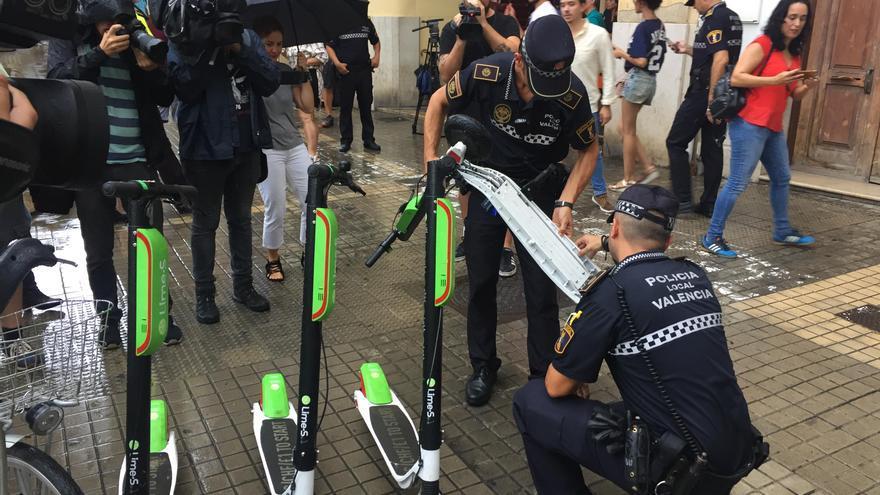 Agentes de la Policía Municipal de Valencia decomisan patinetes eléctricos.