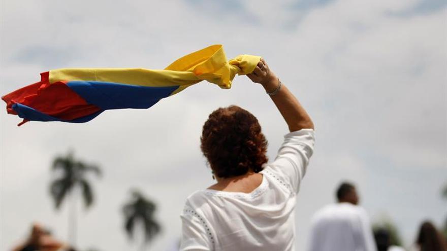 Una mujer ondea una bandera colombiana en Cali | EFE