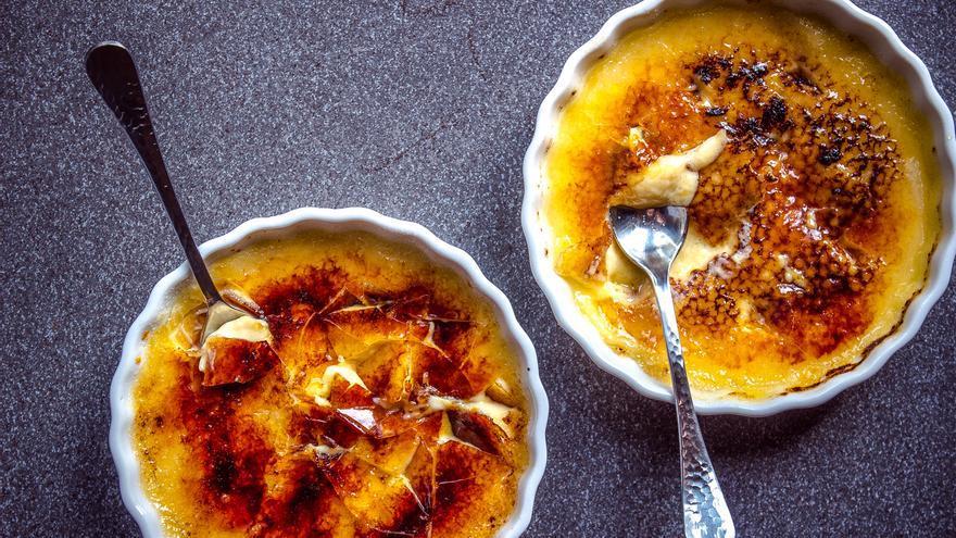 Solo te queda poner la Crème Brûlée de maracuyá en la mesa y disfrutarla