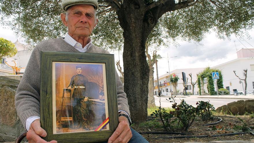 Luis Vega Sevillano, víctima del franquismo, con la foto de su padre, Francisco. |