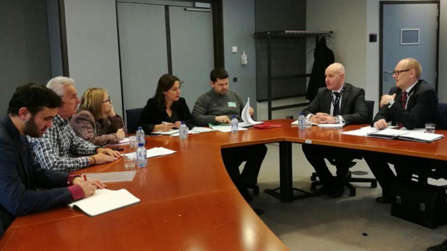 Víctimas de Angrois en Bruselas con responsables da Agencia Ferroviaria Europea en un pasado encuentro