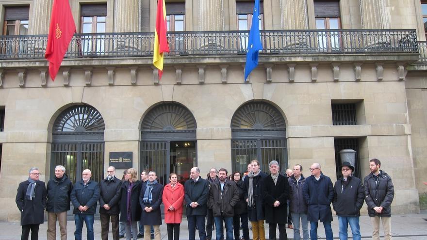 El Gobierno foral y parlamentarios se concentran para condenar los atentados terroristas en Berlín y Ankara