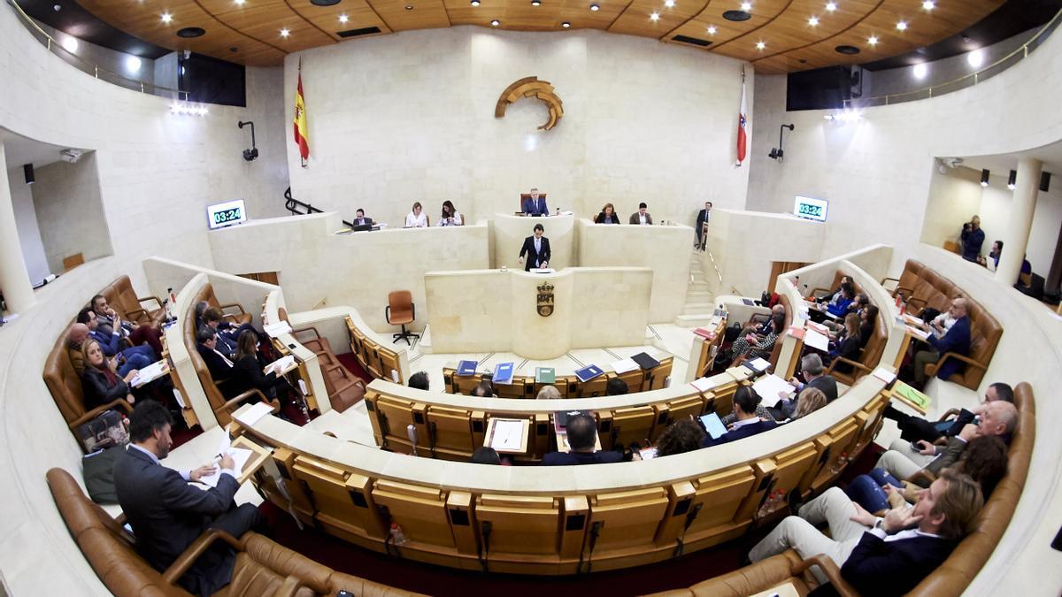 Hemiciclo del Parlamento de Cantabria durante un pleno (Archivo)