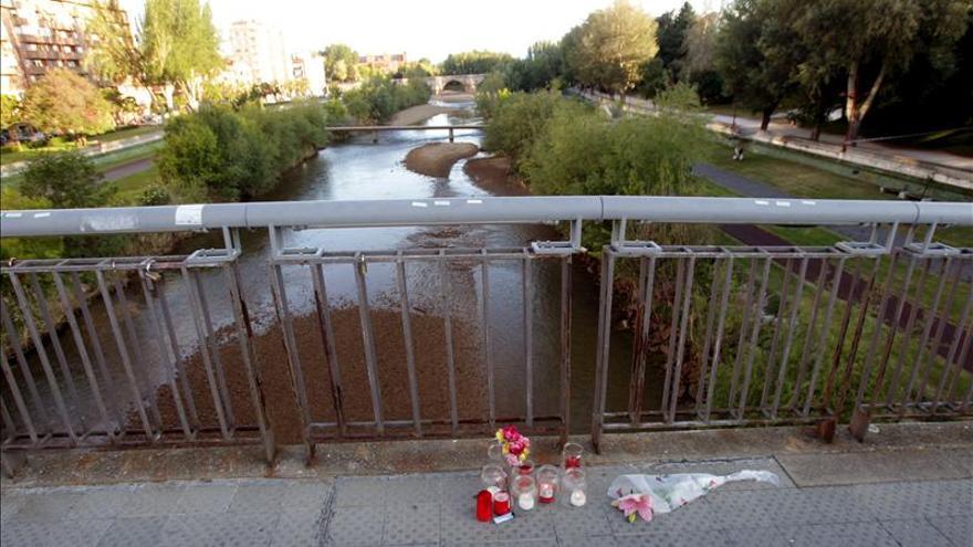 Flores y velas recuerdan a Isabel Carrasco en el lugar en que fue asesinada