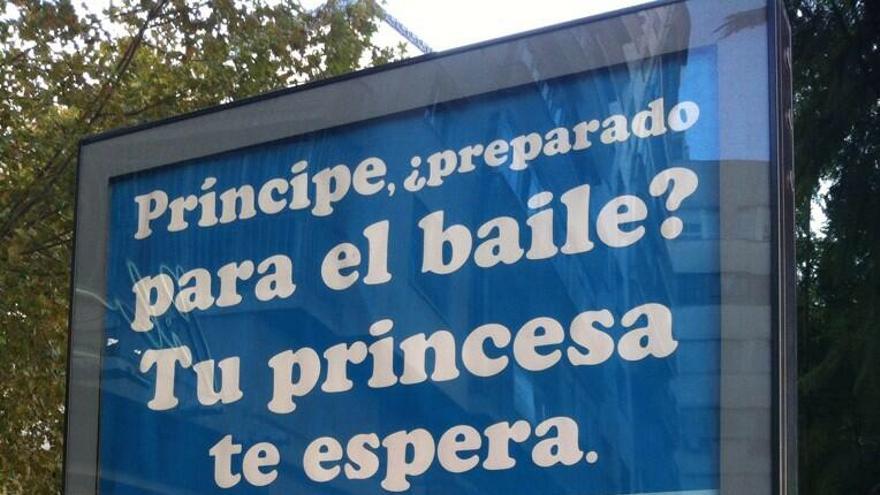 Anuncio de una clínica de cirugía estética en una calle de Sevilla.