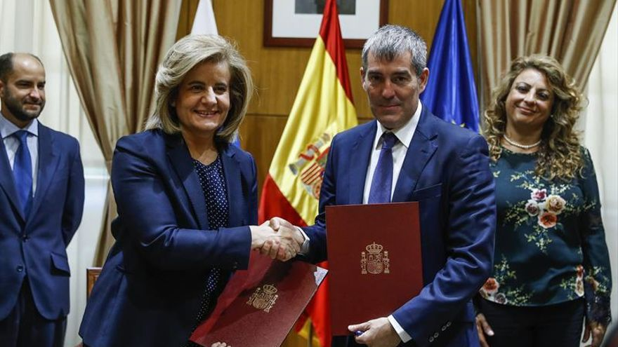 La ministra de Empleo Fátima Báñez(i), y el Presidente del Gobierno de Canarias Fernando Clavijo(d), durante la firma del convenio de colaboración para la mejora de la empleabilidad. EFE/Emilio Naranjo